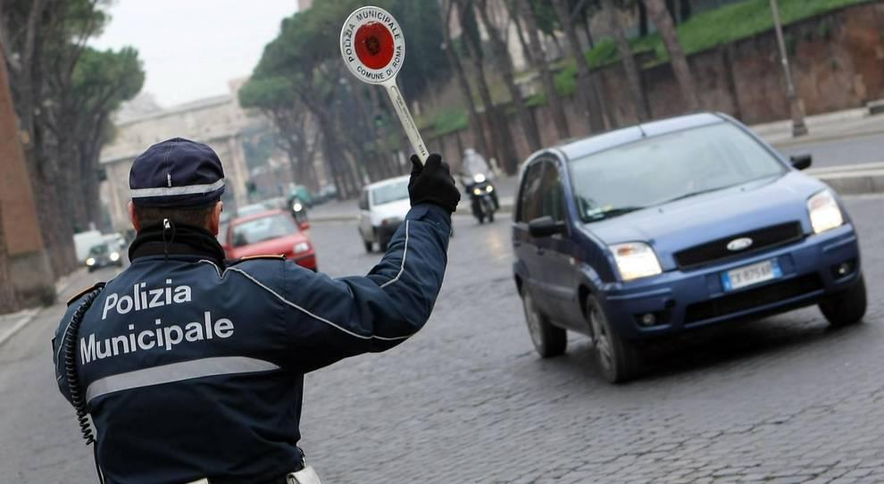Guida senza avere la patente ed è senza libretto né assicurazione: multa 5mila euro
